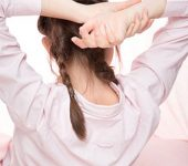 髪を結っている女性