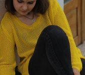 黄色いニットを着ている女性